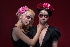 Le portrait de deux jeunes filles dans le noir s'habille avec Photo libre de droits