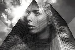 Le portrait de double exposition de la belle femme blonde a fusionné avec la ville urbaine Photographie stock