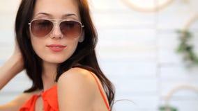 Le portrait de Fashional du modèle de brune pose dans le studio banque de vidéos