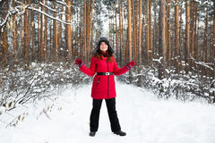 Le portrait de femme dans le chapeau d'hiver de fourrure avec l'oreille s'agite dans la forêt images stock