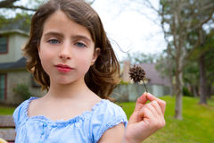 Le portrait de fille avec le sweetgum a cloué le fruit sur le parc Photo libre de droits