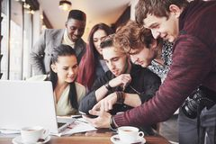 Le portrait de groupe des vieux amis gais communiquent les uns avec les autres, ami posant sur le café, personnes urbaines de sty Image stock