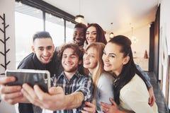Le portrait de groupe des vieux amis gais communiquent les uns avec les autres, ami posant sur le café, personnes urbaines de sty Image libre de droits