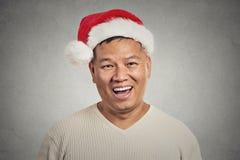 Le portrait de Headshot du milieu a vieilli l'homme avec le sourire heureux de chapeau rouge du père noël Image stock