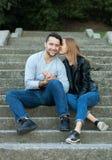 Le portrait de jeunes couples d'amour a habillé le style à la mode occasionnel se reposant ensemble sur des étapes d'une saison c Photos libres de droits