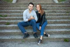 Le portrait de jeunes couples d'amour a habillé le style à la mode occasionnel se reposant ensemble sur des étapes d'une saison c Photographie stock