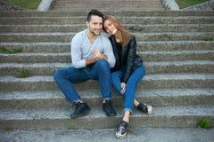 Le portrait de jeunes couples d'amour a habillé le style à la mode occasionnel se reposant ensemble sur des étapes d'une saison c Images stock