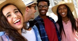 Le portrait de jeunes hippies rient banque de vidéos