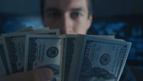 Le portrait de l'argent de comptes de programmeur de pirate informatique a gagné l'ith criminel sur Darknet au centre de sécurité banque de vidéos