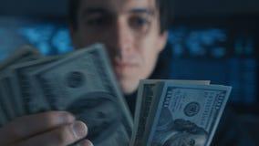 Le portrait de l'argent de comptes de programmeur de pirate informatique a gagné l'ith criminel sur Darknet au centre de sécurité clips vidéos