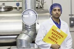 Le portrait de l'employé industriel tenant des fiches techniques classent photographie stock libre de droits