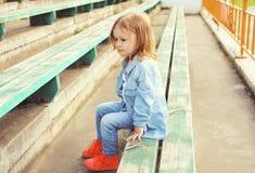 Le portrait de l'enfant élégant de petite fille dans les jeans vêtx Photo libre de droits