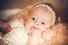 Le portrait de l'enfant dans un panier Image stock