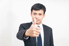 Le portrait de l'homme asiatique positif d'affaires faisant des gestes correct se connectent Whi photos libres de droits