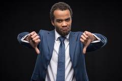 Le portrait de l'homme d'affaires afro-américain de renversement faisant des gestes des pouces signent vers le bas Photographie stock