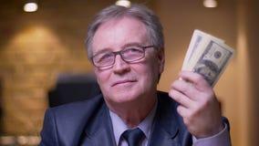 Le portrait de l'homme d'affaires sup?rieur dans le costume formel montre le paquet d'argent dans la cam?ra ?tant heureuse et sat clips vidéos