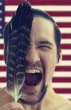 Le portrait de l'homme fâché criant avec la plume et les yeux se sont fermés sur le fond de drapeau des Etats-Unis Images libres de droits