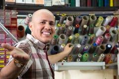 Le portrait de l'les personnes âgées de sourire travaillent avec les bobines colorées du thre Images libres de droits