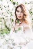 Le portrait de la belle dame romantique dans des pommiers fleurit Images stock