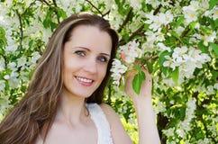 Le portrait de la belle femme avec le pommier fleurit Image libre de droits