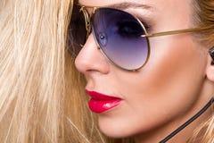 Le portrait de la belle femme avec un visage parfait, des yeux étonnants et une peau veloutée lisse de smokey sensuel de maquilla photographie stock libre de droits