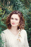 Le portrait de la belle femme caucasienne blanche de sourire de fille avec de longs yeux noisette de cheveux bouclés, dans le cha Image stock