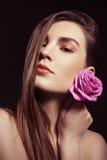 Le portrait de la belle femme de brune avec s'est levé Image stock