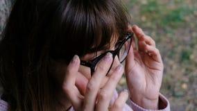 Le portrait de la belle femme met dessus les verres noirs élégants Jeune femme attirante portant les lunettes noires Les verres s clips vidéos