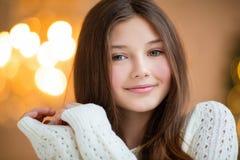 Le portrait de la belle fille avec de longs cheveux portant l'hiver chaud vêtx de l'intérieur de Noël Photos libres de droits