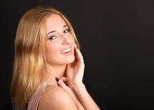 Le portrait de la blonde aux cheveux longs avec les dents blanches sourient Photo libre de droits