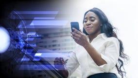 Le portrait de la femme africaine d'affaires heureuses utilise le smartphone images libres de droits
