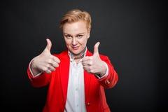 Le portrait de la femme attirante d'affaires montrant le double aiment le gestur Photos stock