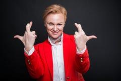 Le portrait de la femme attirante d'affaires montrant les deux doigts croisent Photo libre de droits