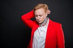 Le portrait de la femme attirante d'affaires tenant de retour le cou aiment le hur Photo libre de droits