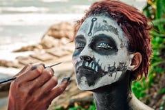 Le portrait de la femme avec les cheveux rouges et composent le style de Halloween Image libre de droits