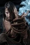 Femme sauvage avec attachées les mains Image libre de droits