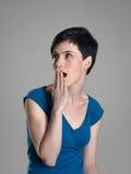 Le portrait de la femme choquée avec remettent la bouche regardant loin Photo libre de droits
