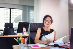 Le portrait de la femme d'affaires est Woking sur son bureau de Tableau dans le lieu de travail de bureau, belle femme d'affaires photo stock