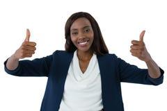 Le portrait de la femme d'affaires heureuse montrant des pouces lèvent le geste images stock