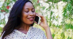 Le portrait de la femme est souriant et parlant au téléphone clips vidéos