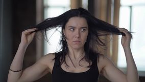 Le portrait de la femme folle qui prend sa tête et secouent dans le mouvement lent banque de vidéos