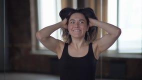 Le portrait de la femme folle qui prend sa tête et secouent dans le mouvement lent clips vidéos