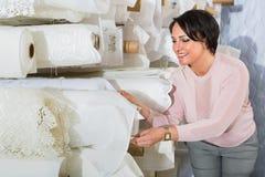 Le portrait de la femme mûre heureuse avec le tissu roule Image stock