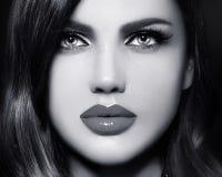Le portrait de la femme modèle sexy avec les lèvres colorées perfectionnent skean image libre de droits