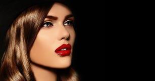 Le portrait de la femme modèle sexy avec les lèvres colorées perfectionnent skean photographie stock