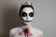 Le portrait de la fille avec compensent Halloween fond gris, d'isolement art de corps peu commun Photos stock