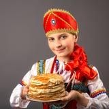 le portrait de la fille avec un plat des crêpes Photographie stock