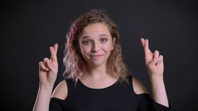Le portrait de la fille caucasienne charismatique avec l'apparence rose de cheveux a croisé des doigts signent pour montrer l'esp clips vidéos