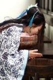 Le portrait de la fille chinoise asiatique dans la robe traditionnelle, portent bleu et le style blanc Hanfu de porcelaine, se la Photo libre de droits