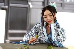 Le portrait de la fille chinoise asiatique dans la robe traditionnelle, portent bleu et le style blanc Hanfu de porcelaine, se re Photos stock